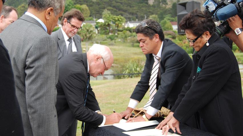 Former Waikato District Mayor Peter Harris signs the JMA, March 2010, 16x9 crop